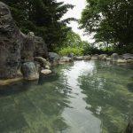 岩風呂の露天風呂は開放的
