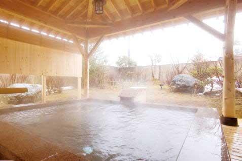 露天石風呂が解放的