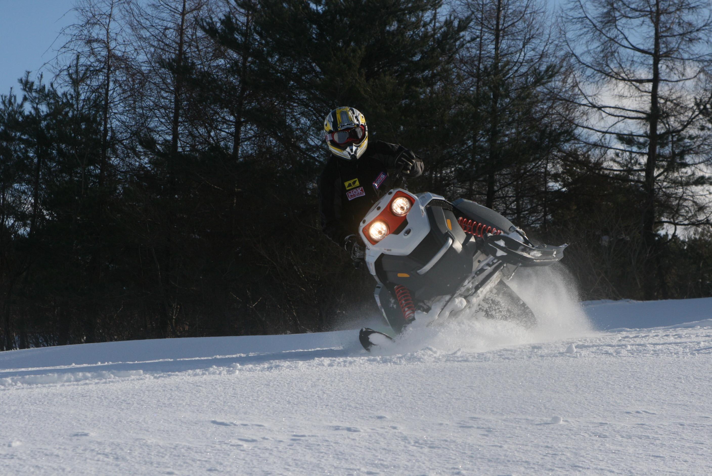 スノーモビルで雪山を満喫