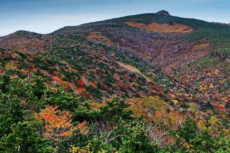 紅葉する安達太良山