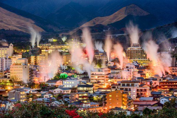 湯煙が沸き上がる別府の町