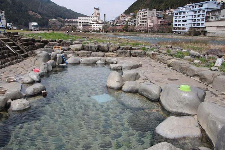 河川敷に沸く無料温泉