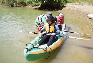 カヤックの漕ぎ方を教わる