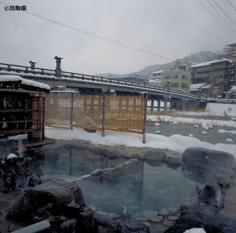 河原に湧く温泉