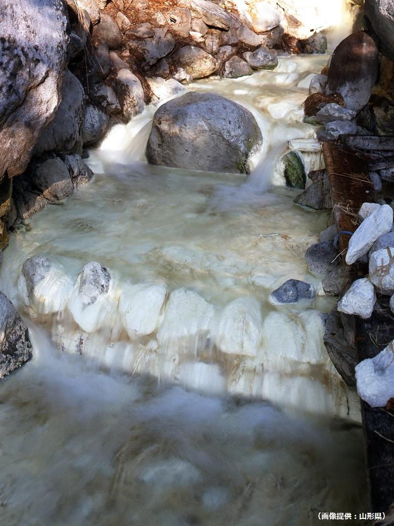 硫黄成分で川がにごる