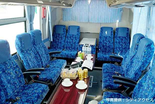 貸切バスで団体旅行に出発!