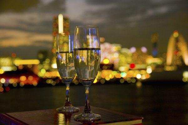 夜景のきれいなレストランで非日常を味わう