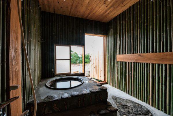 お風呂は薪で沸かす