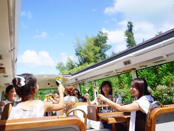 オープントップの2階建てレストランバス