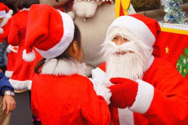 プレゼントを持って子どもの家を訪問