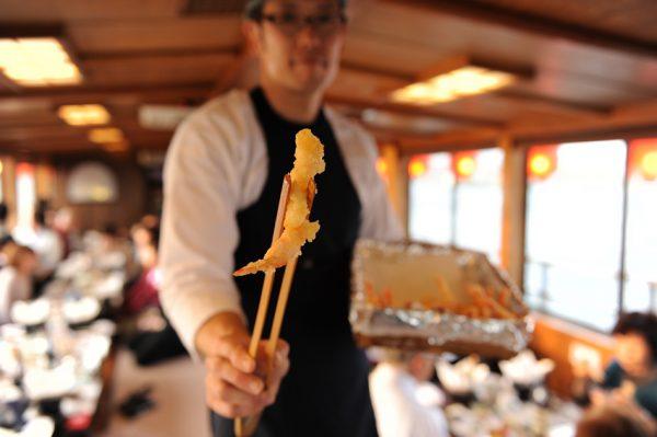 天ぷらは船内で熱々のものを提供