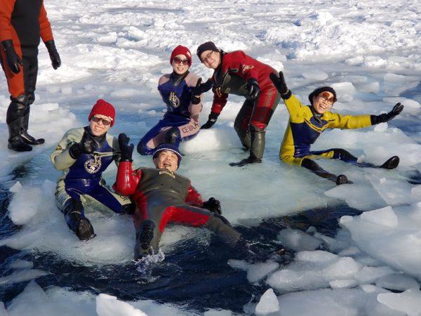 氷の海でラッコ気分を味わう