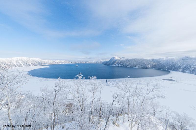 雪に囲まれた屈斜路湖