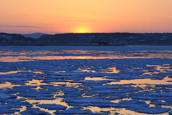 流氷原に沈む夕日