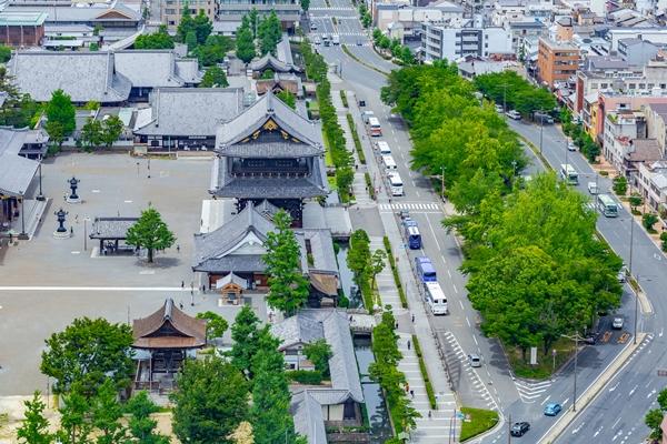 京都・烏丸通りに並ぶ観光バス
