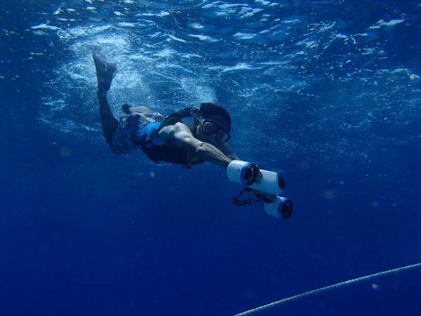 水中スクーターでシュノーケルが楽しめる