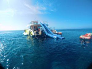 クルーザーからウォータースライダーで海へ直接ダイブ