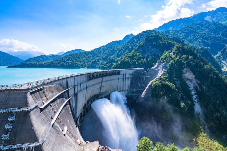 黒部ダムの放水観光