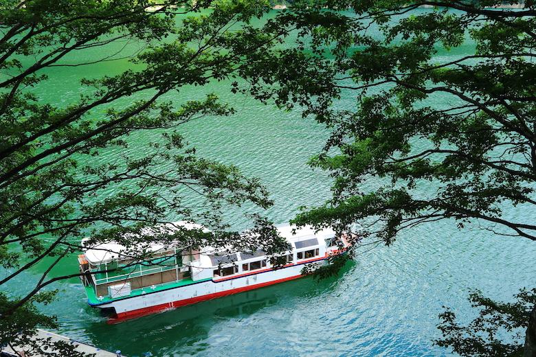 黒部ダム湖の遊覧船