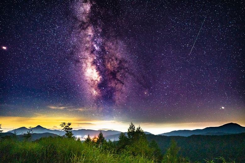 裏磐梯から見た天の川と流れ星