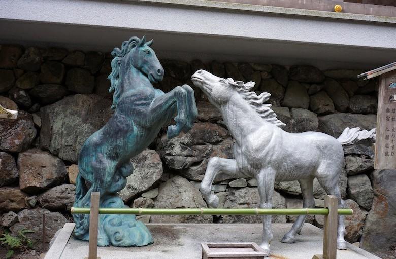 2頭の馬の像