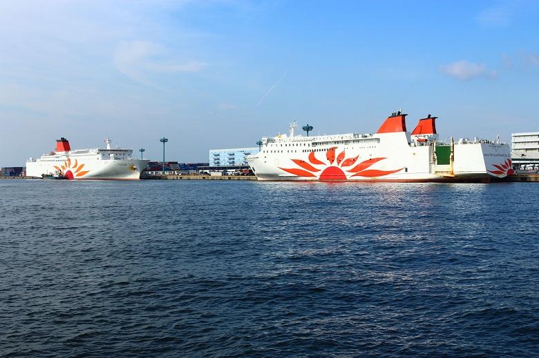 大阪南港に停泊するフェリーさんふらわあ