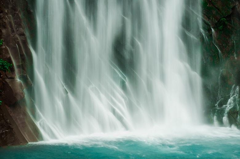温泉水が混じる丸尾の滝