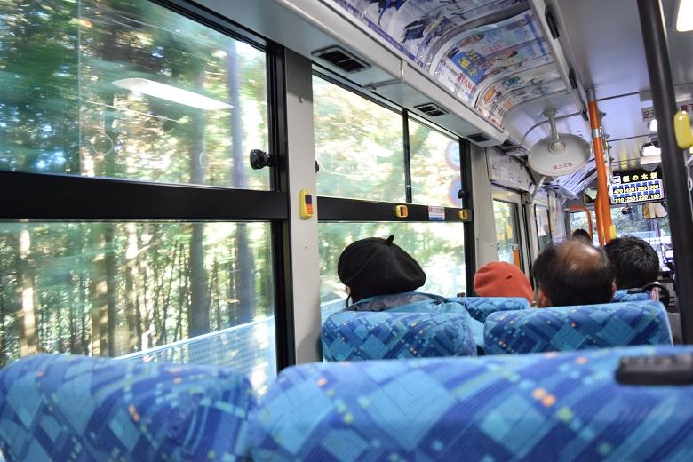 見事なハンドルさばきで山道を進むバス
