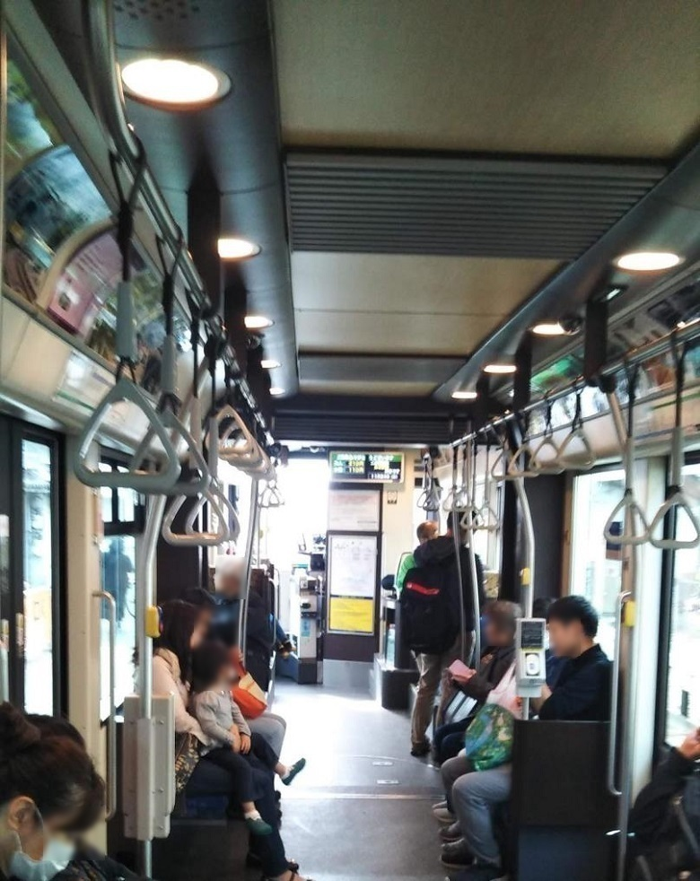 「堺トラム」の車内
