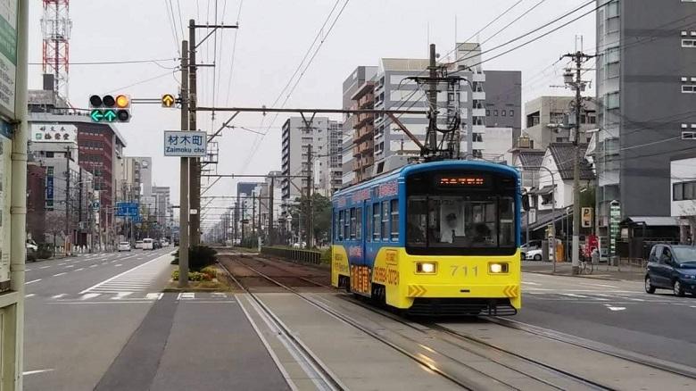 車と人、電車が共生する街を象徴する信号機