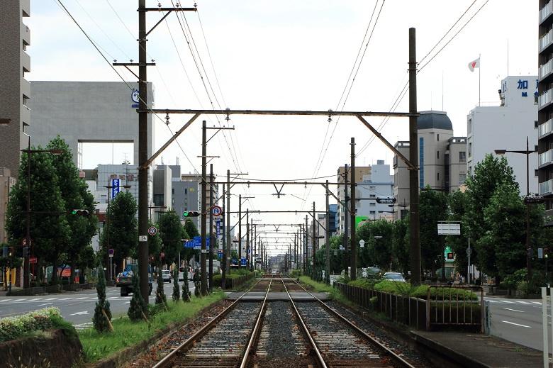 町中や住宅街をゆっくり走り抜ける路面電車
