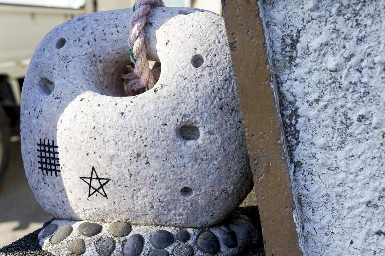 ドーマン・セーマンの印が入った石