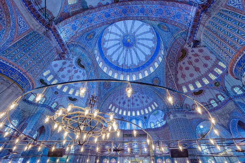ブルーモスクの青いタイルとステンドグラス