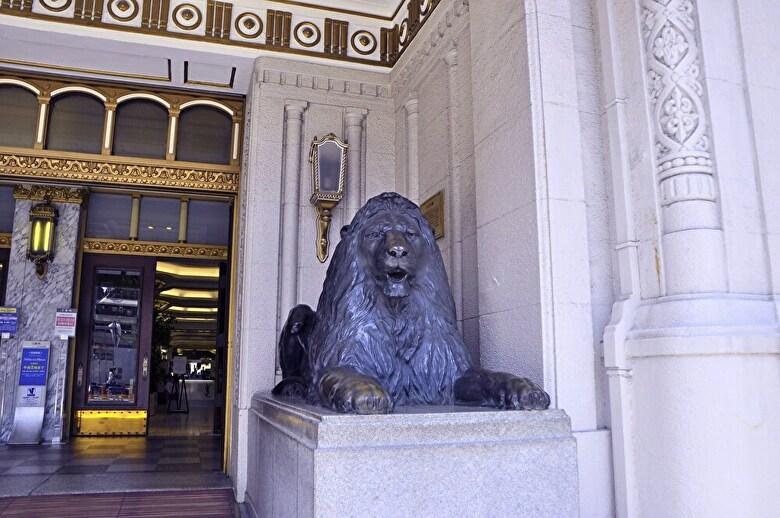 三越本店入口とライオン