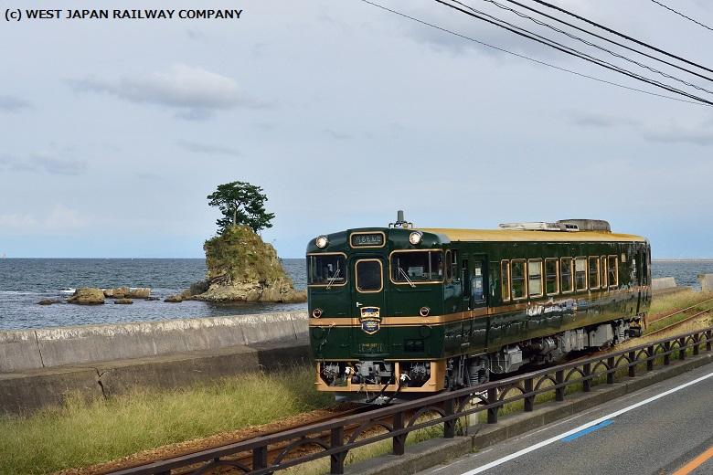 雨晴海岸を走る観光列車べるもんた