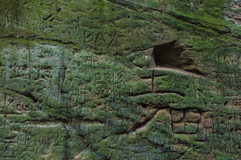 猿島の壁に刻まれた文字
