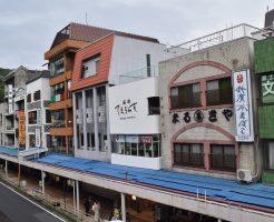 箱根湯本駅前にはお土産ショップがずらり