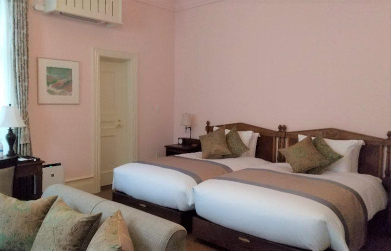 ピンクの壁の部屋