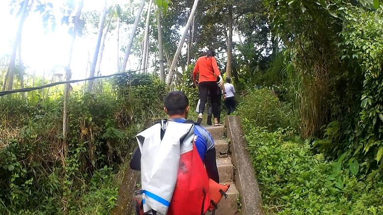 帰りは150段の階段を登ります