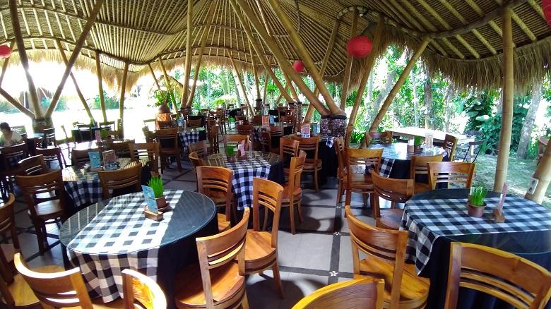 ランチはインドネシア料理のビュッフェ